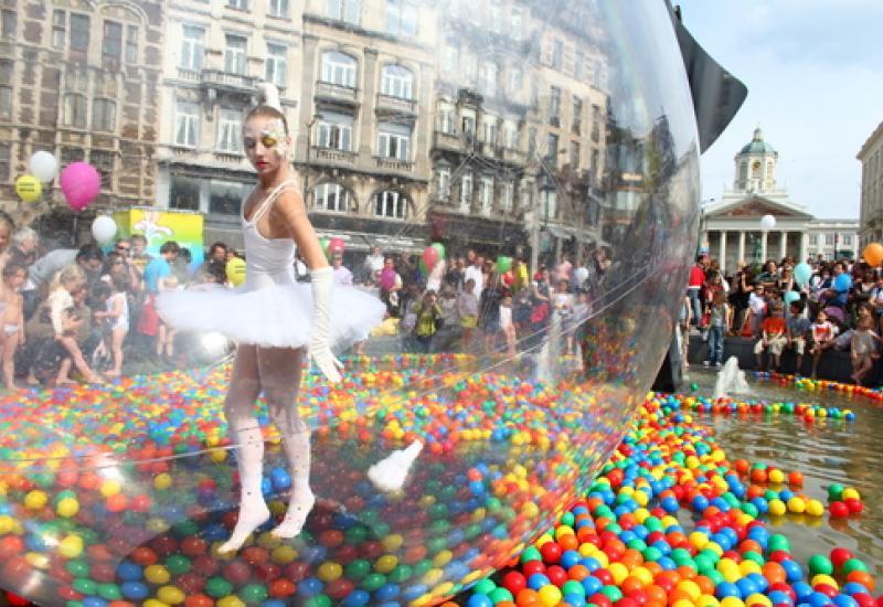 Feest – Balletdancer in een ballon op het water